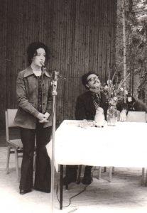 Выступление в пионерском лагере. Начало 80-х годов. Справа – поэт В.Файнберг.