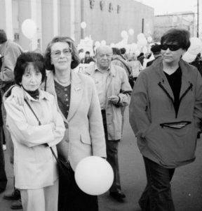 На демократическом митинге с Аллой Гербер, Тимуром Гайдаром и Евгенией Альбац. Москва. 1999 год