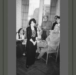 Е.Аксельрод читает стихи. Слева направо: С.Черняк, Е.Аксельрод, Ю.Кушак, И.Егиков, И.Воронцова, Ю.Вронский. Москва,1999 год