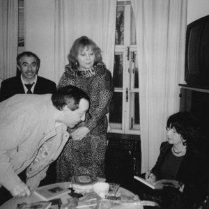 Е.Аксельрод подписывает книгу «Стена в пустыне» Александру Даниэлю. Творческий вечер в Еврейском Культурном Центре. Москва, 2001 год